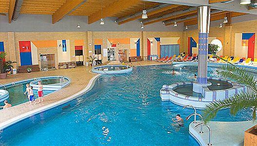 Hotel Azúr Siófokon óriási külső-belső medencékkel, jacuzzival
