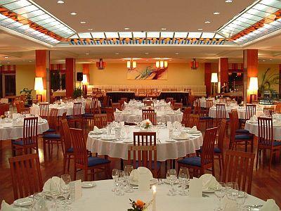 4* Hotel Azúr étterme Siófokon svédasztalos reggelivel és vacsorával
