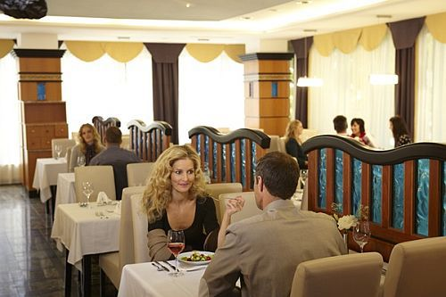 Hévízi hotelek és szállodák legjobbjai között a Naturmed Hotel Carbona - romantikus étterem Hévízen a Hotel Carbonában