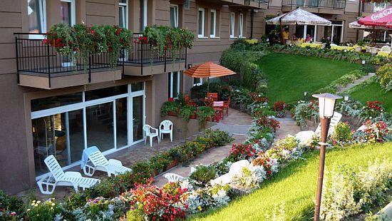 A Granada Wellness szálloda kertje Kecskeméten