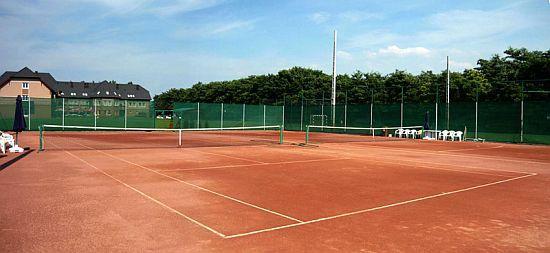 Granada Wellness és Sporthotel - a szálloda teniszpályája, Kecskemét