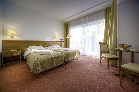 Szabad kétágyas szoba a Két Korona Hotelben Balatonszárszón