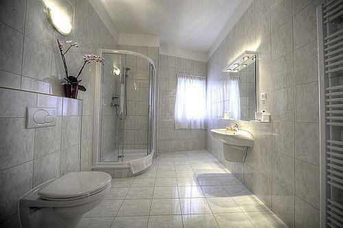 Két Korona Wellness és Konferencia Hotel Balatonszárszón - a négycsillagos szálloda fürdőszobája