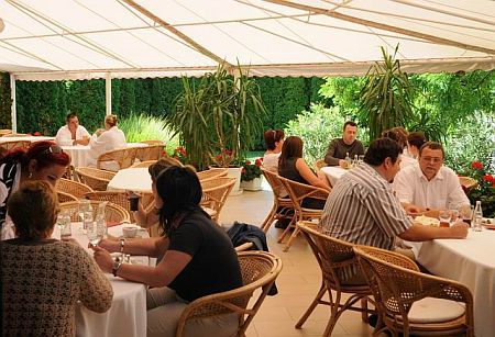 A balatonszárszói Két Korona hotel terasza - wellness szálló a Balaton partján