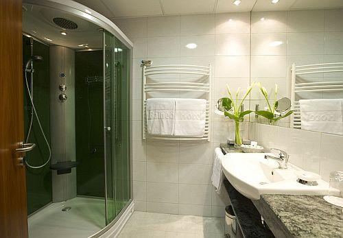 Zsóry Fürdő Hotel Balneo szép fürdőszobája Mezőkövesden