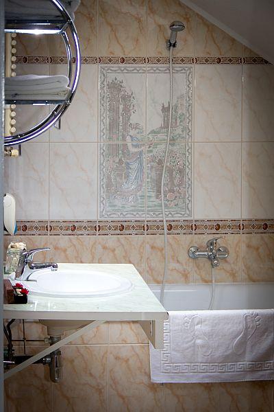 City Hotel Unio Budapest - Unio Hotel fürdőszobája a Dob utca és a Hársfa utca sarkán