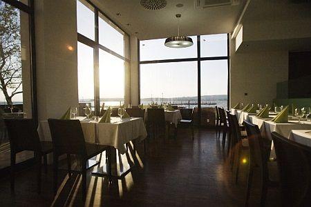 Vital Hotel Nautis éttereme Gárdonyban panorámával a tóra