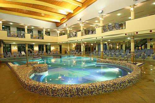 4* wellness szálloda belső élménymedencéje Zalakaroson