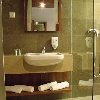 Hotel Zenit**** Vonyarcvashegy, balatoni hotel fürdőszobája