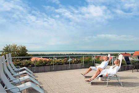 Balatoni szállodák közül a Hotel Zenitnek a tetőterszáról gyönyörű panoráma nyílik a Balatonra