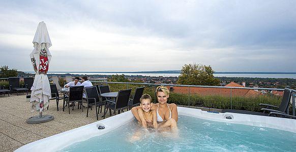 Hotel Zenit**** Vonyarcvashegy jacuzzija balatoni panorámával