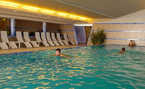 Zenit Hotel**** úszómedencéje romantikus wellness hétvégére