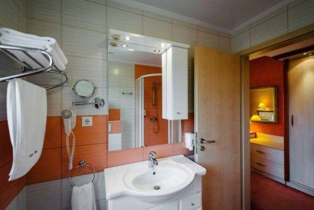 Aqua-Spa Hotel**** superior jakuzzis hotelszobája Cserkeszőlőn