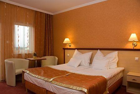 Aqua-Spa**** Wellness Hotel Cserkeszőlő kétágyas szabad hotelszobája