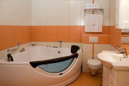 Jacuzzis hotelszoba Cserkeszőlőn az Aqua-Spa Wellness Hotelben