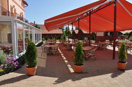Aqua-Spa Wellness Hotel**** napozó terasza Cserkeszőlőn