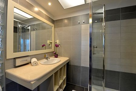 Hotel Residence 4* Siófok szép és elegáns fürdőszobája