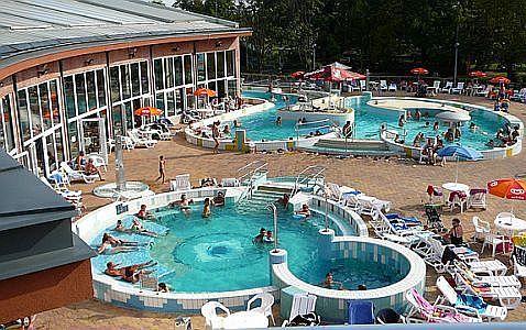 Hotel Corvus Aqua**** külső medencéje wellness hétvégére Gyopárosfürdőn