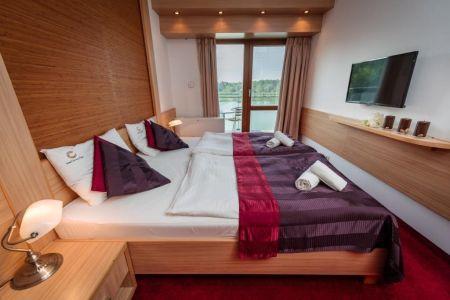 Szép erkélyes szoba a Corvus Aqua**** Hotelben Orosházán