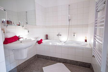4* Corvus Aqua Hotel szép tágas fürdőszobája Orosházán