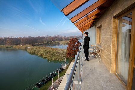 Hotel Corvus Aqua 4* erkélyes szobája panorámával a Gyopárosi tóra