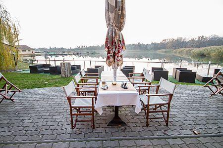 Hotel Corvus Aqua kávézója panorámás kilátással a Gyopárosi tóra