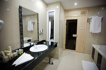 Hotel Colosseum**** igényes szaunás fürdőszobája Mórahalmon