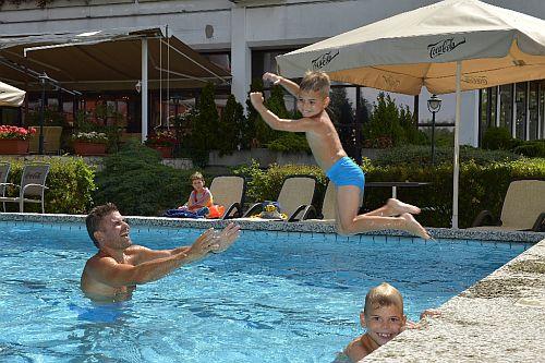 Hotel Sopron**** külső úszómedencéje hétvégére