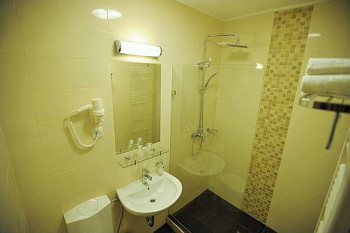 Park Hotel Gyula fürdőszobája szépen felújított állapotban Gyulán