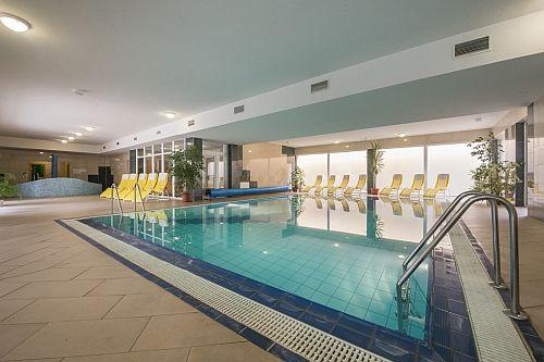 Hotel Vital Wellness Szálloda Zalakaroson, szép, nagy medencével wellness hétvégére