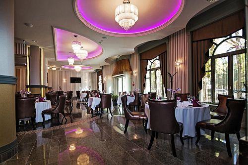 Grand Hotel Glorius étterme Makón gyönyörű környezetben
