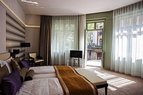 4* Grand Hotel Glorius romantikus és elegáns kétágyas szobája Makón