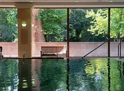 Feszített viztükrű medence Termál Hotel Margitszigetben