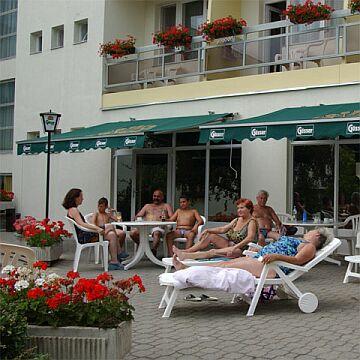 Kikapcsolódás a Debreceni Hotel Nagyerdő*** teraszán